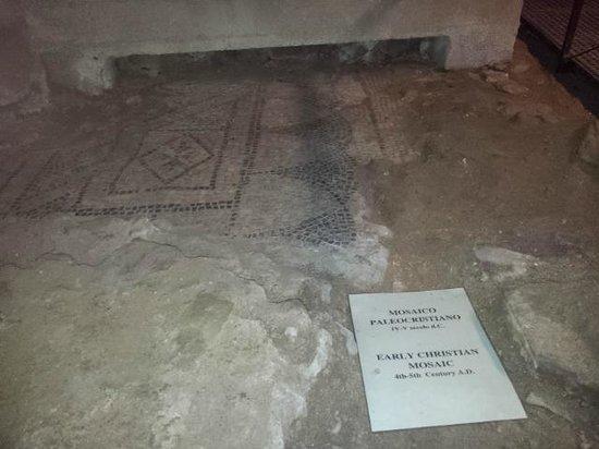 Chiesa e Battistero di San Giovanni e Santa Reparata : Mozaiek uit de periode 300 tot 500 na Christus.
