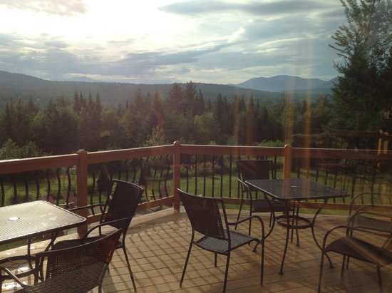 Bear Mountain Lodge: Morning view off back deck