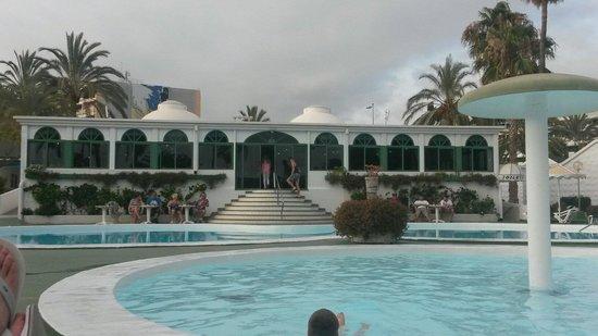 Parque Paraiso II: Pool und Restaurant