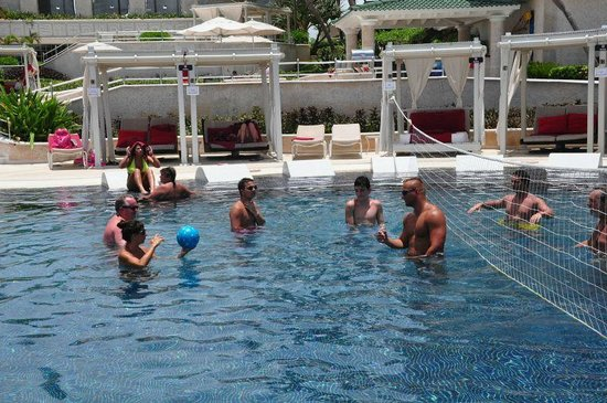 Sandos Cancun Lifestyle Resort: Poolvoleyball.