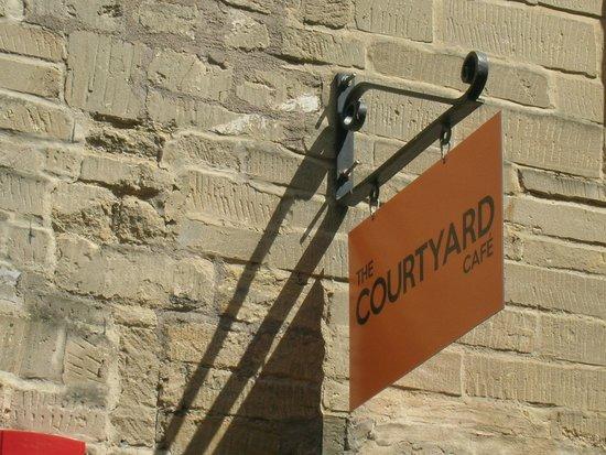 The Courtyard Cafe: Letrero