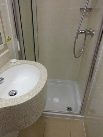 Orchard Hotel: ducho + lava manos