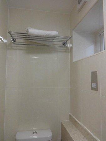 Orchard Hotel: Fresquete que entraba x esa ventana de baño