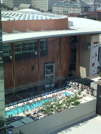 Omni Nashville Hotel: Pool on Saturday afternoon