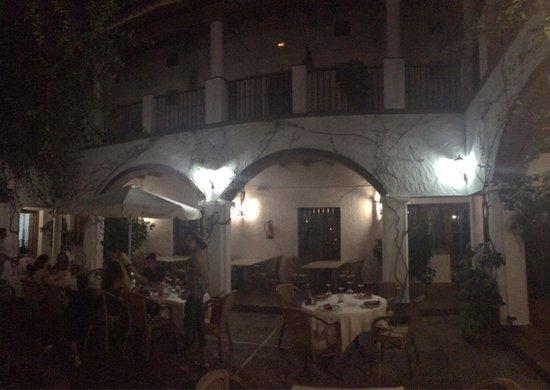 Hotel Cortijo Las Grullas: Patio de noche