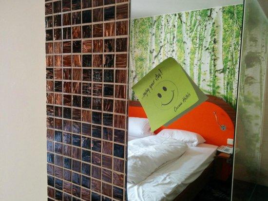 Cocoon Stachus: Spiegel im Zimmer