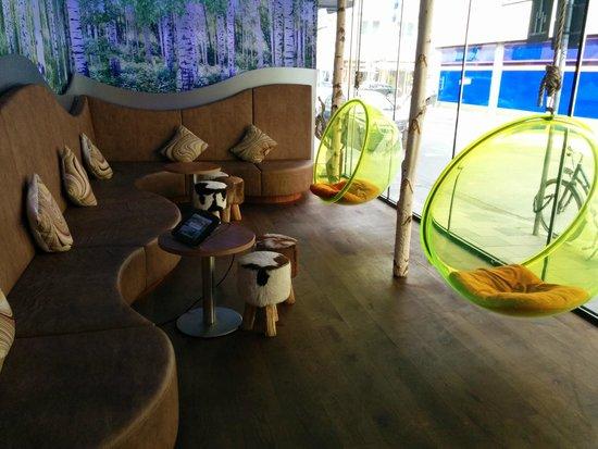 Cocoon Stachus: Der Loungebereich im Hotel