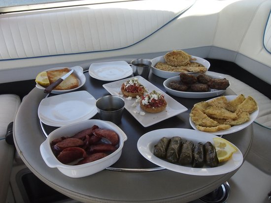 Alex Private Boat Rental: Lovely lunch with wine and beer available