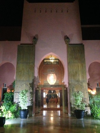 SENTIDO Kenzi Menara Palace: The hotel at night