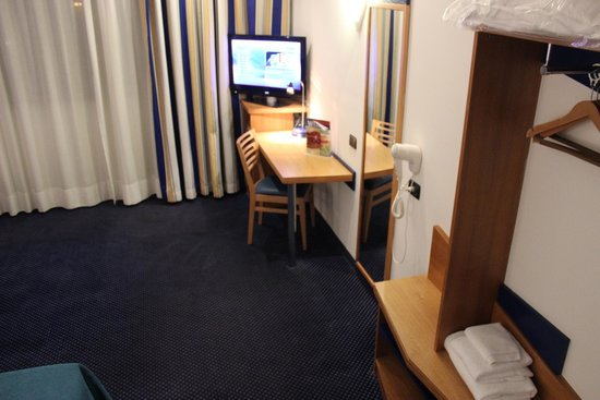Holiday Inn Express Rome - San Giovanni: TV e mesa do quarto