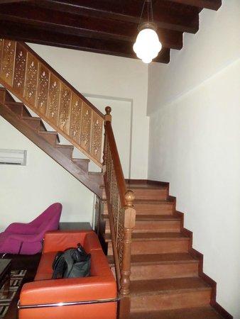 Hotel Penaga: escalier qui mène à l'étage ou se trouve le lit