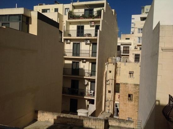 Rocca Nettuno suites : Вид из окна на улицу.