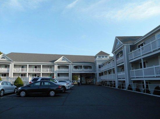 Hyannis Travel Inn: Desde el garaje (estacionamiento gratis)