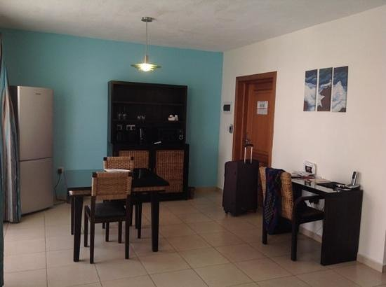 Rocca Nettuno suites : Столовая и гостиная комната.