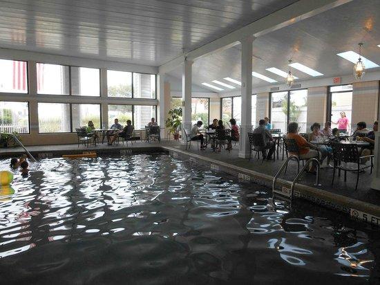 Hyannis Travel Inn: La piscina, área de desayuno