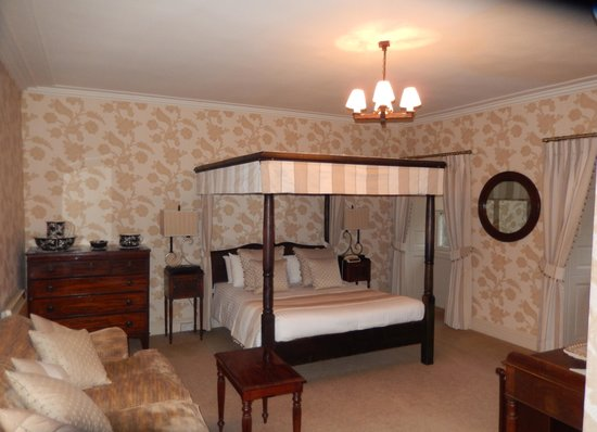 Culcreuch Castle Hotel : Comfy, large 4 poster bed in the Baron's suite