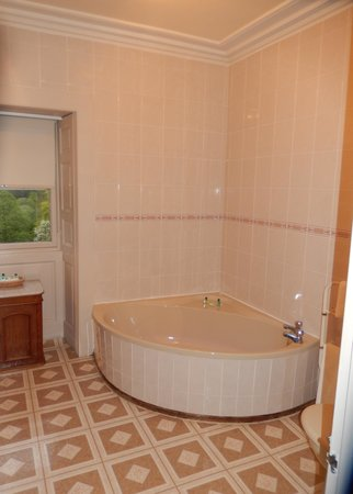 Culcreuch Castle Hotel : Large Tub with seperate shower in Baron's suite