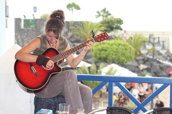 Terraza La Cubierta: Strumming the strings