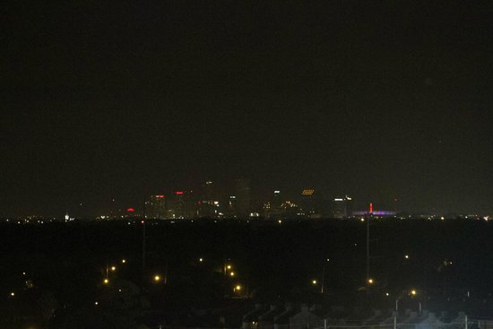 New Orleans Marriott Metairie at Lakeway: Nightview of city 9th floor room 925