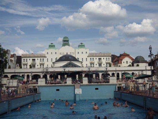 Danubius Hotel Gellert: In the swiming pool on the outdoor plage of Gellert