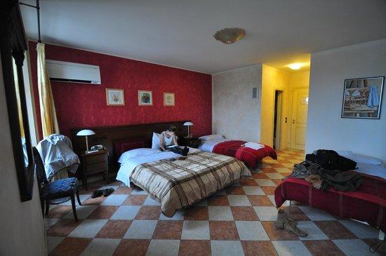 Hotel Due Colonne : La chambre pour deux avec places pour quatre