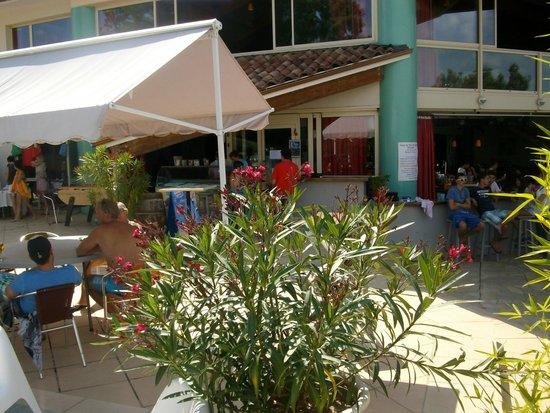 Le Mas de Saboth : bar au bord de la piscine