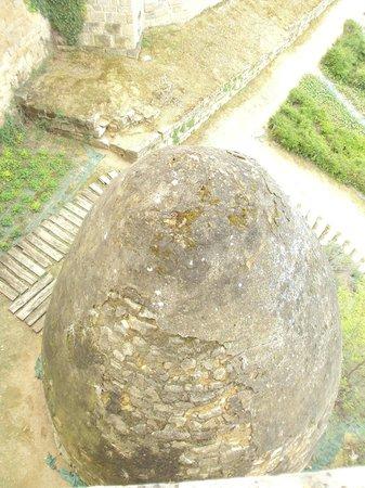 Palacio Real de Olite: El huevo de piedra se utilizaba como nevera para conservar alimentos.