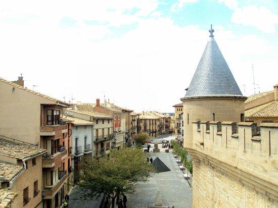 Palacio Real de Olite: La Plaza de Carlos III el Noble donde se halla el castillo-palacio.