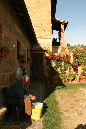 Agriturismo Podere Santa Maria : Maura's mom and dad helping with the dinner by peeling asparagus.