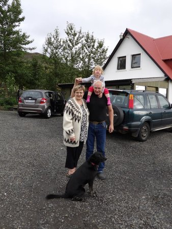 Minna-Mosfell Guesthouse: Owners Gudrun and Valur with grandaughter and dog