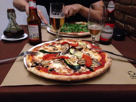Domu: Pizzas  and cervezas.