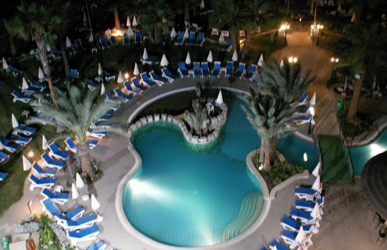 Golden Bay Beach Hotel: The swimming pool.