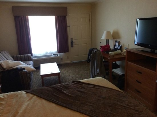 Best Western Plus Dixon Davis: Bedroom and sitting area