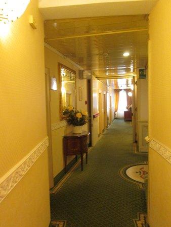 Riviera Hotel: Corridor