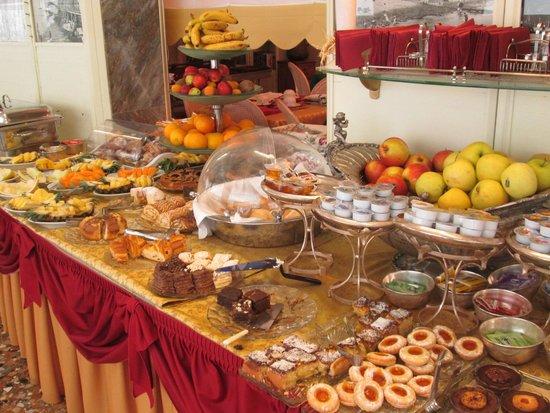 Riviera Hotel: Breakfast