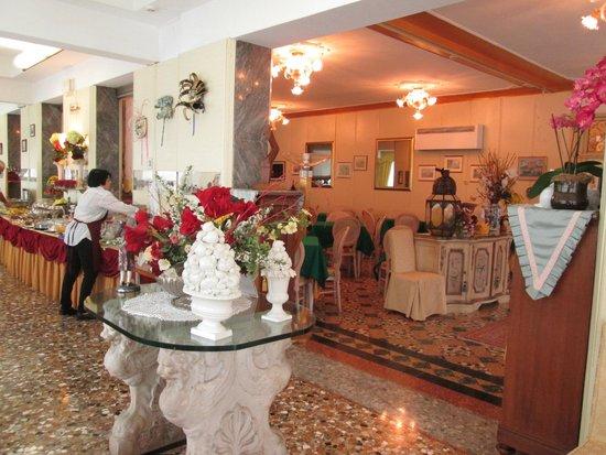 Riviera Hotel: Breakfast room