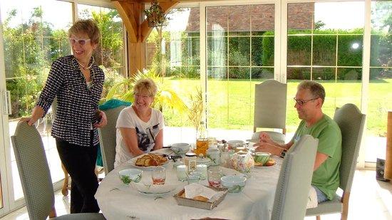 Domaine du Tronchay : Frühstück im Wintergarten - mit allem, was das Herz begehrt. Nur nicht deutsch ....