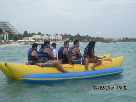 Memories Grand Bahama Beach and Casino Resort: Rideing on the Banana Boat