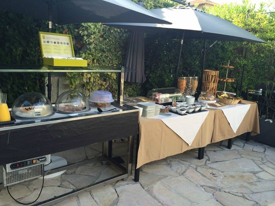 Hotel La Villa Cannes Croisette: Breakfast Buffet by the pool