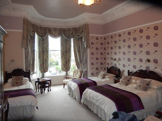 Gifford House : Spacious family room