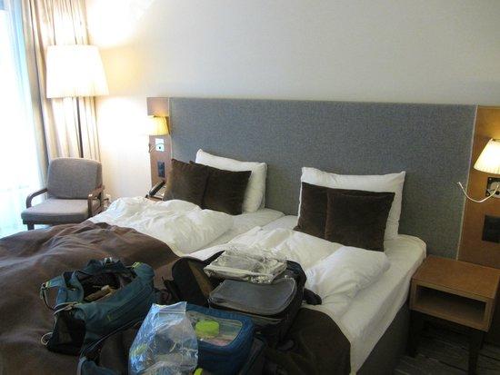 Radisson Blu Hotel, Zurich Airport: Good size bedroom; modern decor