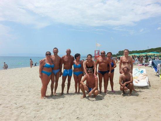 Villaggio Turistico Riviera del Sole : tutto il gruppo sulla spiaggia del riviera del sole