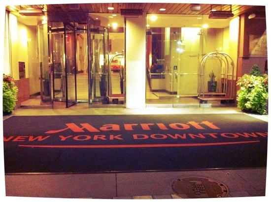 New York Marriott Downtown: Вход в отель