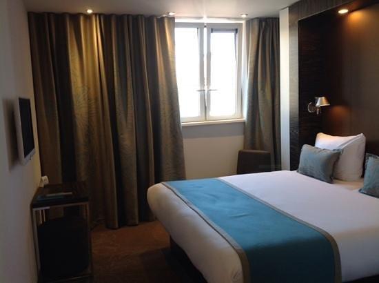 Motel One Edinburgh-Princes : compact room - windows bearly open. no air con.