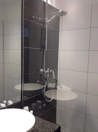 Motel One Edinburgh-Princes : bathroom - decent shower