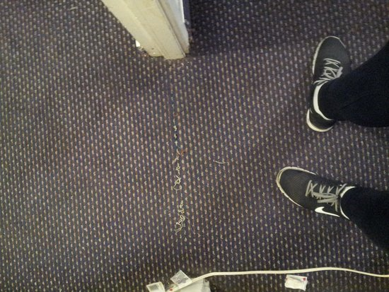 Tradewinds Airport Hotel : carpet lifing and very runned down