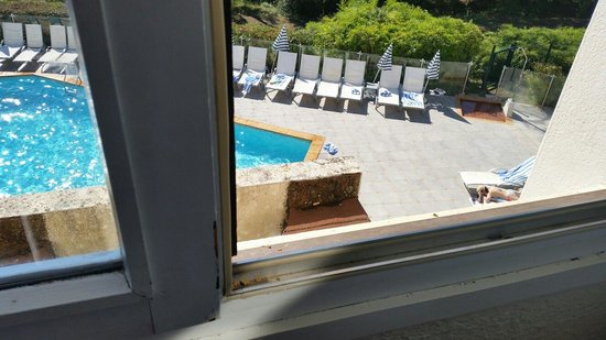 Novotel Antibes Sophia Antipolis : The view on the pool-side (including a sigarette...)