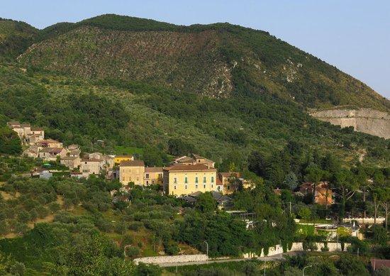Villa Euchelia Resort : Hotellet har syv rom og ligger flott i fjellsiden.