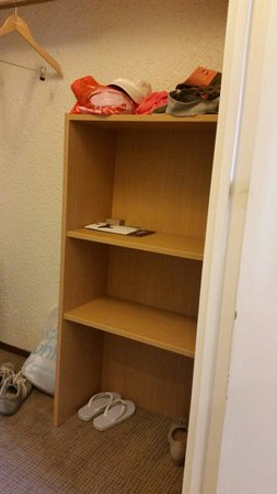 Novotel Antibes Sophia Antipolis : The shelves for the clothes. A bit (very much) too little for a family of four...
