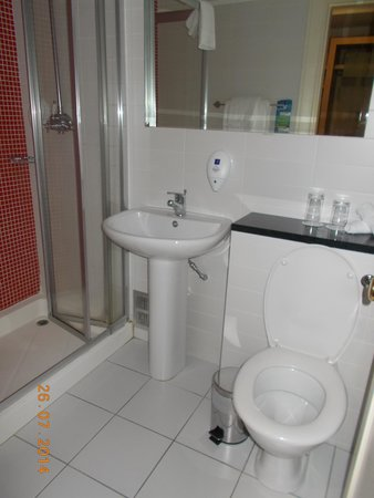 Park Inn by Radisson Shannon Airport : The bathroom
